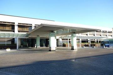 Снаружи музея Тойота Кайкан