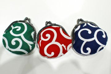 Receive one of these coin purses as a gift when you present the coupon at the Tax Free counter at Namba City.