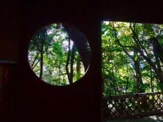 四阿の窓に切り取られた景色