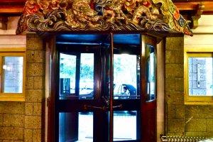 入口の回転ドア
