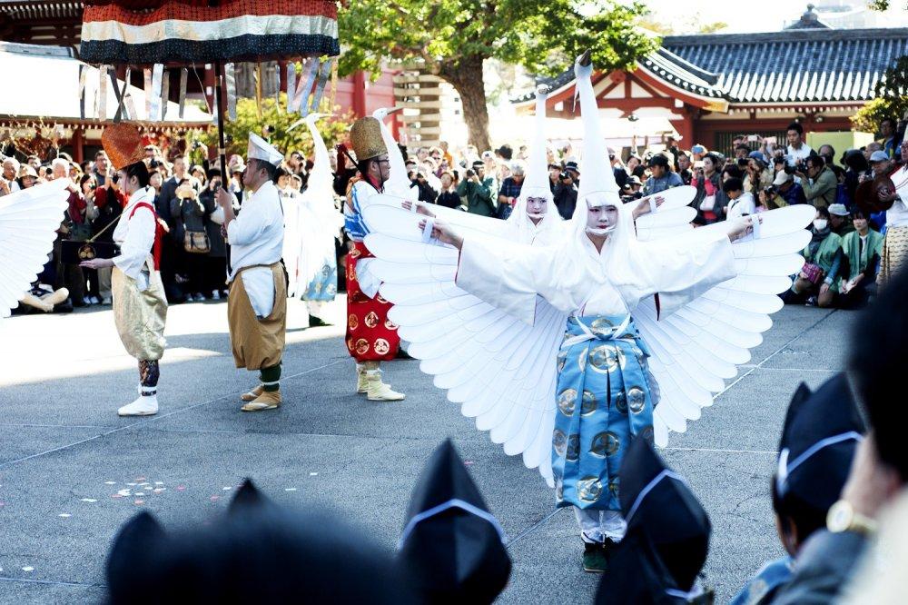 Des danseuses ouvrent leurs ailes