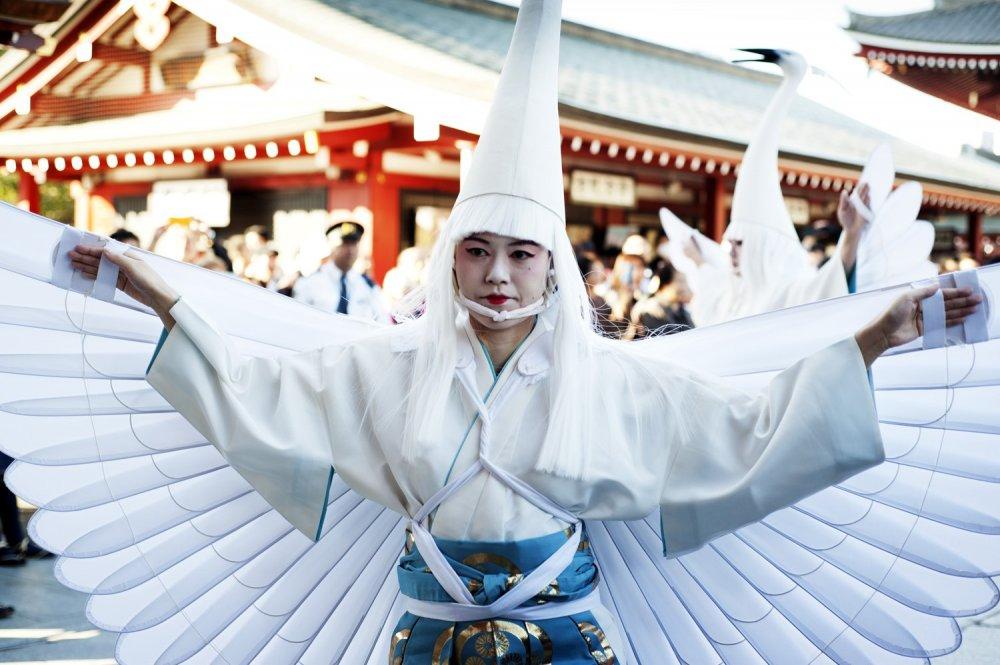 Une danseuse exécutant la danse de Shirasagi-no-mai