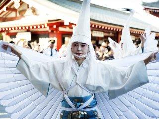 Vũ công biểu diễn Shiragagi-no-mai