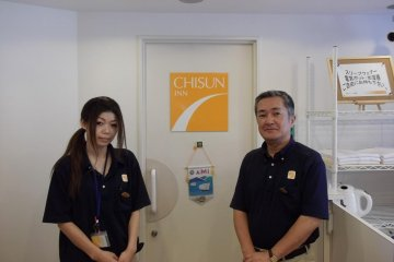 <p>พนักงานที่เป็นมิตรและพูดภาษาอังกฤษได้นิดหน่อย</p>