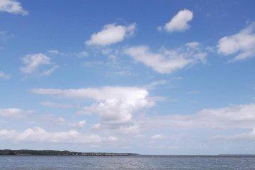 <p>โรงแรมยังอยู่ใกล้ทะเลสาบคาสุมิกาอุระ</p>