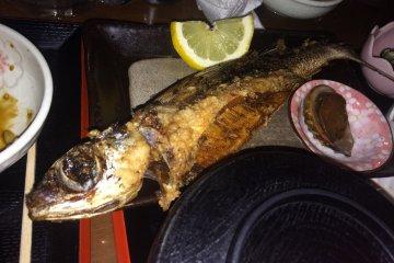 ปลาบิน ส่วนใหญ่จะทอดหรือทำให้สุกก่อนเสรฟ อาหารขึ้นชื่อของที่นี่