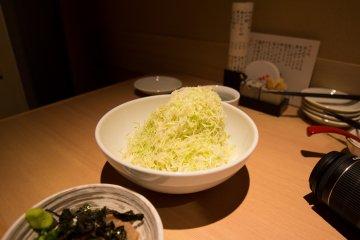 """The """"Chosuke"""" salad piled high like a mountain"""