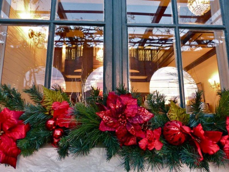 빨간 꽃으로 장식된 창문