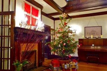 크리스마스 트리가 널 현관 홀에서 환영해