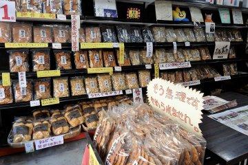 Pick up some handmade rice crackers at Murakami Shoten