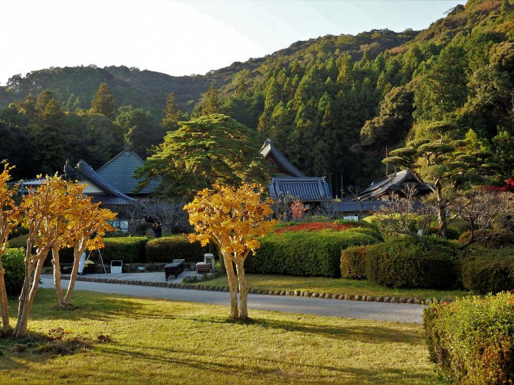 Other buildings within the grounds of Rurikoji include a main hall, temple storehouse, bell tower, mini museum, and historic teahouse.