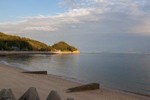 La petite plage et la lumière dorée du soleil couchant