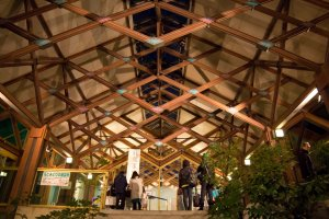 Arsitektur restoran yang cantik, berlokasi di dalam taman dan dekat dengan tempat pembelian tiket