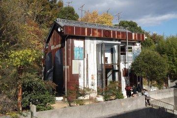 아트 하우스 프로젝트의 빌딩 중 하나