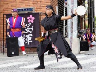 Thành viên trẻ Eisa biểu diễn ở Kokusai Dori trong mùa hè