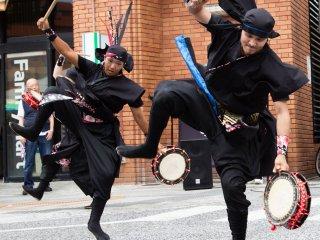 Taiko và khiêu vũ kết hợp với màn trình diễn của Eisa