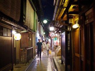 ซอยแคบๆ ที่เต็มไปด้วยบ้านญี่ปุ่นเก่าแก่