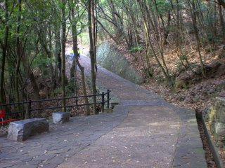 Here, where the stone benches are, is where you can take the side trail up to the castle ruins