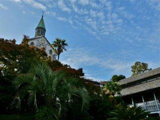 Церковь стоит высоко на холме, под ярким синим небо