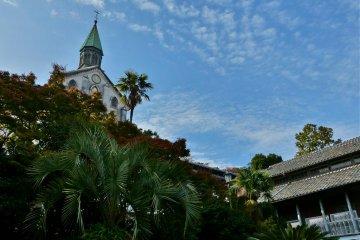 <p>푸른 하늘을 배경으로, 언덕 위에 우뚝 서 있는 성당</p>