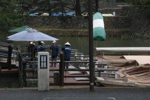 Лодочные доки ждут туристов для медленной прогулки по окрестностям замка