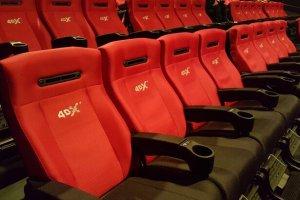 Les sièges sont dotés de technologies similaires aux fauteuils massants: par exemple lorsqu'un personnage est touché par une balle, un petit piston vous donne un léger coup pour simuler l'impact.
