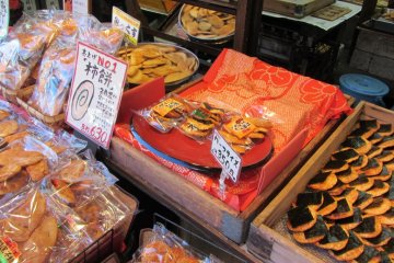 Сэмбэй, рисовые крекеры из риса, выращенного в префектуре Тиба, - отличный сувенир для друзей и семьи