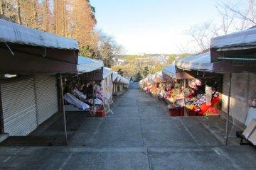 Уличный рынок, готовый к наплыву посетителей на Новый Год