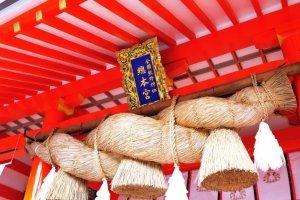 เชือกชิเมะนะวะ (Shimenawa) เป็นสัญลักษณ์ที่โดดเด่นของศาลเจ้าชินโต