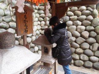 Tại đền Fushimi Inari. Hãy thử đoán viên đá này nặng bao nhiều- hình như nhẹ hơn bạn nghĩ, điều ước của bạn sẽ thành hiện thực