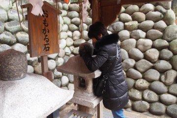 후시미 이나리 신사에서. 돌의 무게가 얼마나 되는지 생각해 보자 - 생각했던 것보다 더 가벼워진다면, 당신의 소원이 이루어질 것이다
