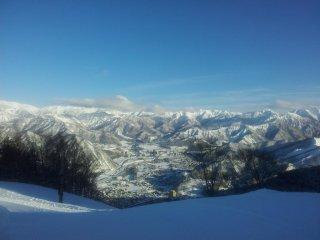 Cảnh quan nhìn từ đỉnh núi trong một ngày đẹp trời thật tráng lệ