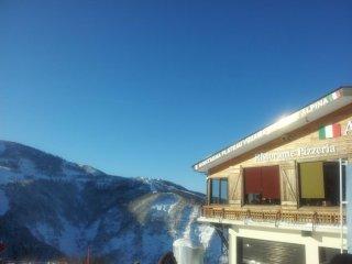 Alpina phục vụ một vài món Ý tuyệt vời với khung cảnh tuyệt đẹp nhìn từ ô cửa sổ.