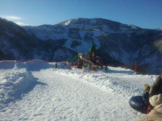 Các khu vực chơi trượt tuyết, ống và nghịch tuyết ở đầu và cuối khu nghỉ dưỡng.