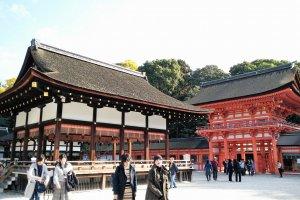 อาคารไมโดะโนะสีดำตัดกับประตูโระมอนสีแดงส้มที่อยู่ใกล้กันได้อย่างน่าดู