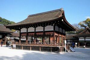 อาคารไมโดะโนะ (Maidono) เป็นอาคารที่ตั้งอยู่กลางลานกว้าง ใช้สำหรับประกอบพิธีต่างๆ แสดงดนตรี หรือฟ้อนรำถวายเทพเจ้า