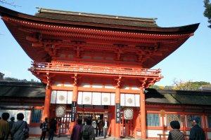 ประตูโระมอน (Romon) ซึ่งทาสีแดงส้มโดดเด่นสดุดตา