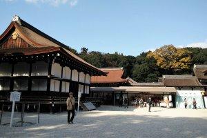 ศาลเจ้าชิโมะคะโมะ (Shimogamo) เป็นศาลเจ้าในป่าทะดะสุ โนะ โมะริ
