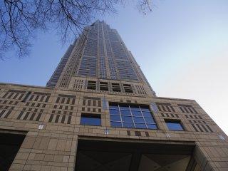 都庁は高さ243メートル