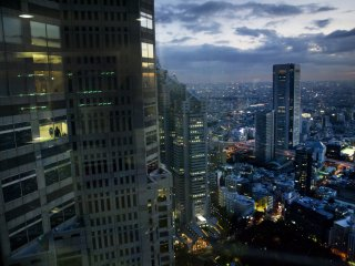 도쿄의 가장 높은 빌딩의 클로즈업