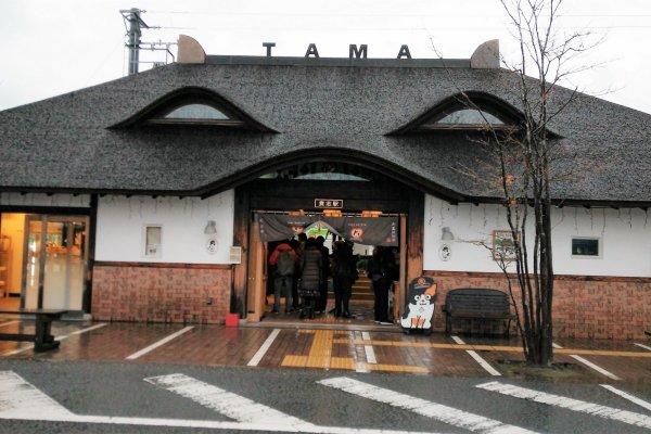 ด้านหน้าของสถานีคิชิ (Kishi) หรือที่หลายคนรู้จักกันในชื่อ สถานีแมวเหมียว