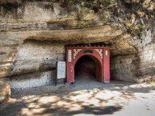 En face de la voie ferrée se trouve un petit tunnel rouge