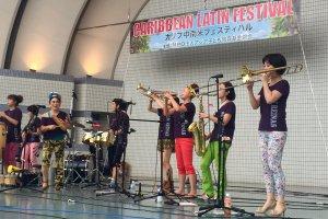 A female salsa band 'Son Reinas'