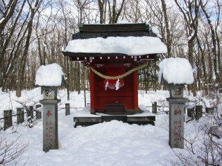 Petit autel sur le chemin du sanctuaire Sengen.