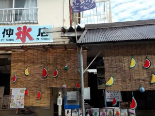 The popular Nakakori-ten kakigori shop is located in Shingu's Teramachi