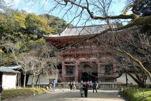 ประตูหลักของวัดไดโกะจิ ประตู Nio-mon
