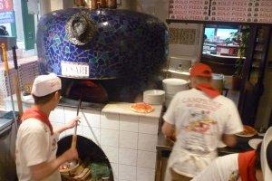 窯で焼いてるピッザ
