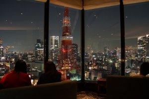 Makan malam romantis dengan pemandangan di Sky Lounge Stellar Garden, Tokyo.