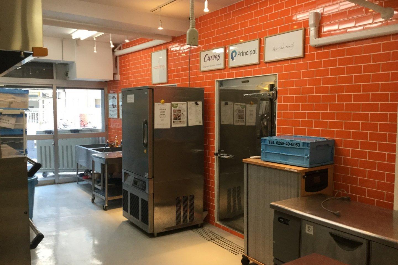 A l\'intérieur de la Cuisine Centrale. Les briques orange clair donnent au lieu une atmosphère joyeuse tandis que l\'on prépare les repas