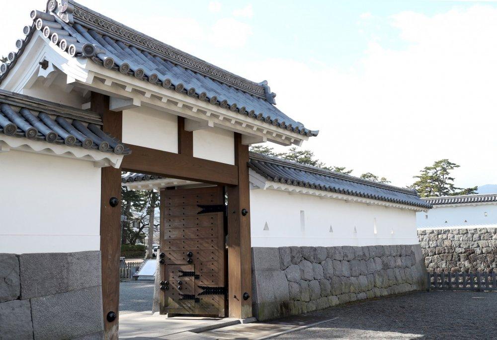 Salah satu pintu masuk ke halaman kastil